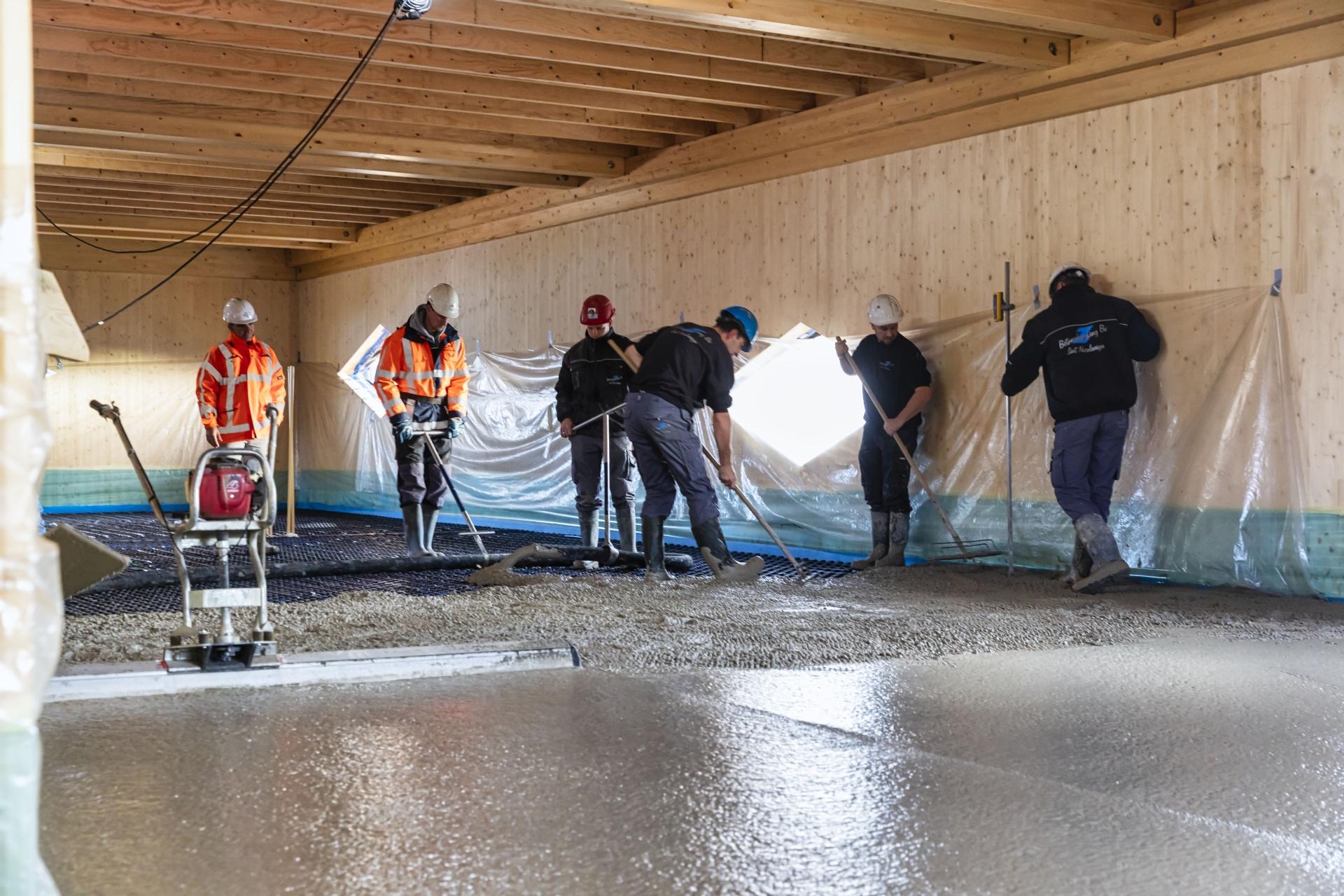 Storten betonvloer met olifantsgras in Food Forum