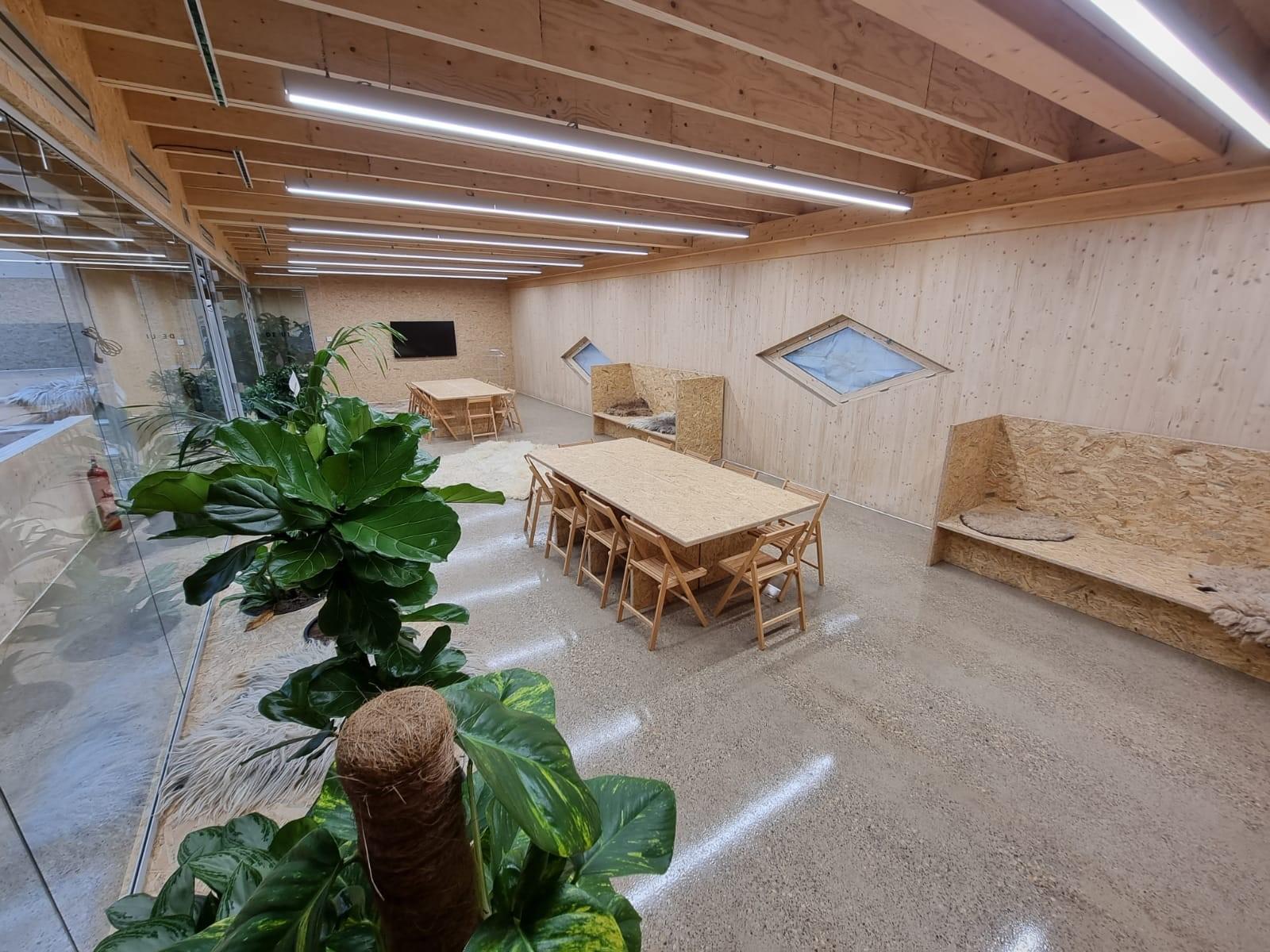 Houten tafels en banken in zaal De Ui - Food Forum