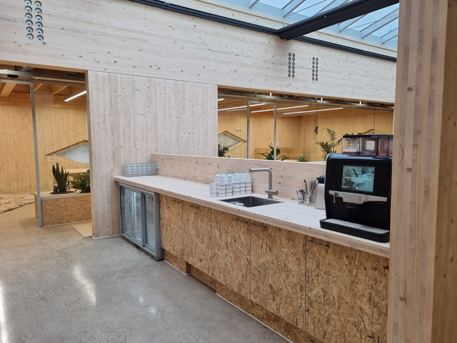 Pantry met koffieautomaat, kraan en koelkast Food Forum